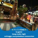 truck tabrak tiang lampu jalan