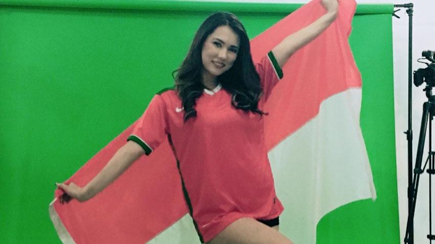 maria ozawa foto pakai jersey timnas indonesia